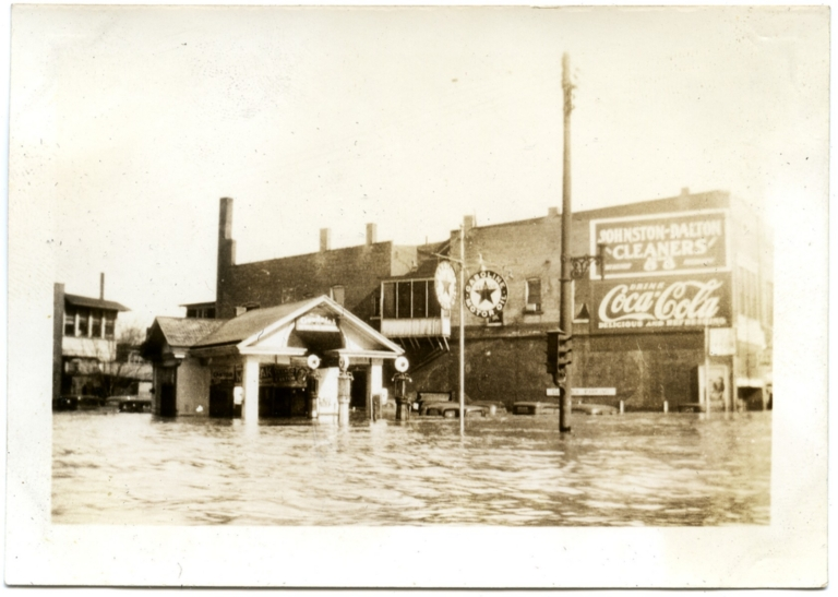 Intersection of 4th and Jefferson during '37 flood.
